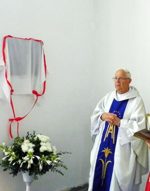 Ksiądz Stanisław Pawlina podczas odłonięcia i poświęcenia tablicy pamiątkowej z okazji stulecia urodzin Kardynała Kazimierza Swiątka