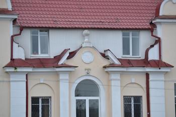 Data na fasadzie dworca w Nowojelni
