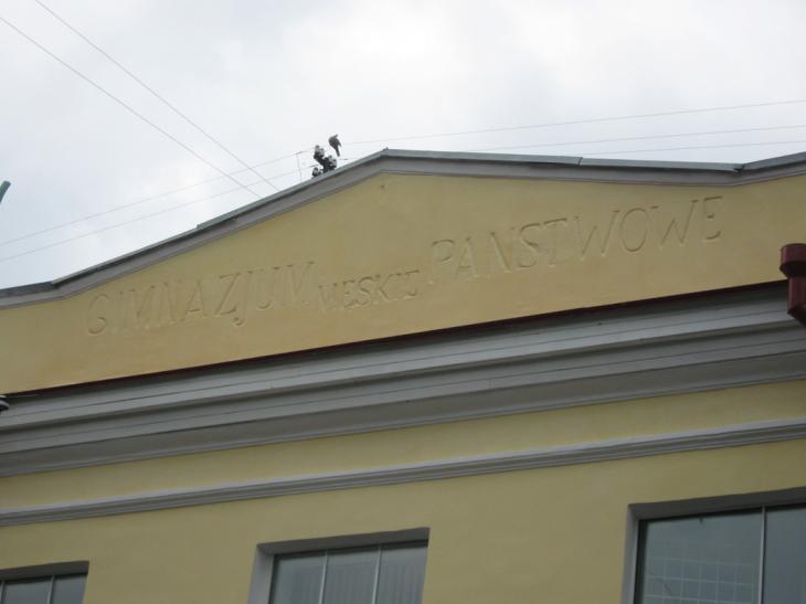 Dawny gmach gimnazjum w Pińsku z polskimi literami na fasadzie