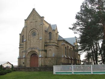 Kościół katolicki pw. Wzniesienia Krzyża Świętego (1910-1911) obok starego cmentarza w Ostrowcu