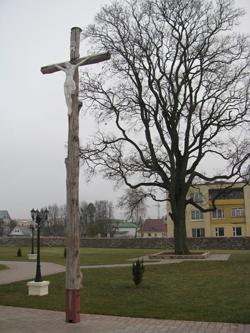 Stary krzyż dębowy obok wejścia do kościoła pw. św. św. Kosmy i Damiana