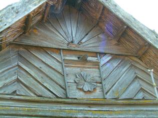 Dom ze słonecznym talizmanem pogańskim