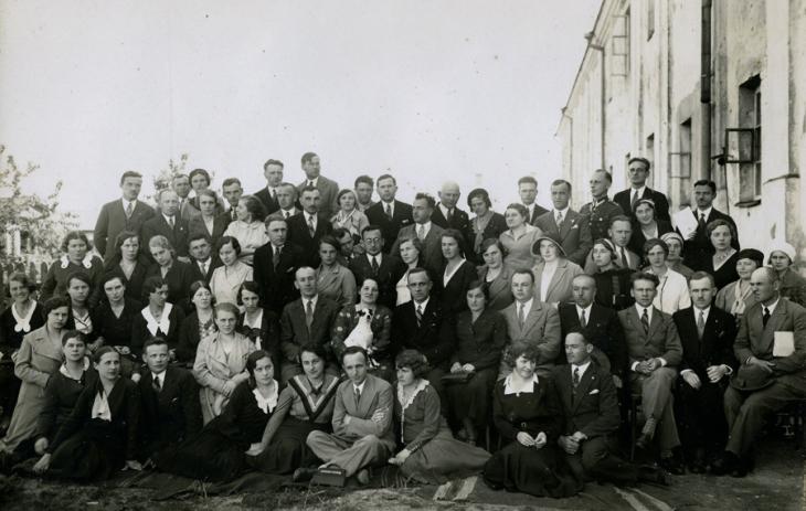 Nauczyciele szkoły powszechnej w Bałabanowiczach (Emilia Kozłowska w drugim rzędzie pierwsza z lewej strony)