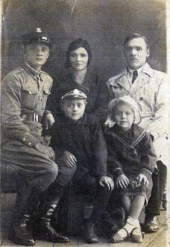 Od lewej strony Józef w mundurze, babcia i dziadek I ich dzieci czesław i Teresa