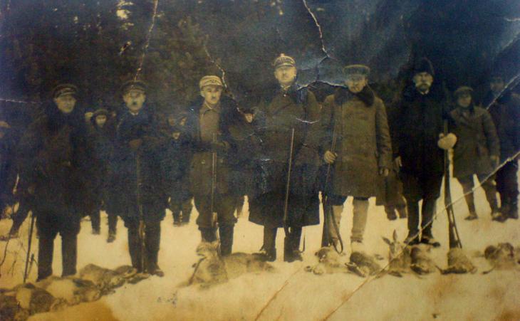 Polowanie w Paulinowie (Brunon Bochwic trzeci z lewej)