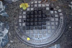 Przedwojenny właz kanalizacyjny w Twierdzy Brzeskiej