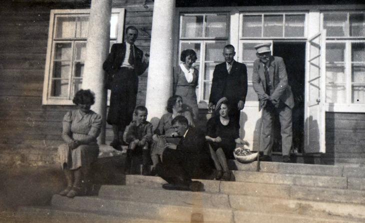 Rodzina Widuchowskich. Mężczyźnie nawet w gronie rodzinnym fotografują się w krawatach i marynarkach (ze zbiorów Stanisława Widuchowskiego)