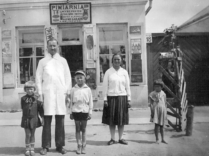 Roman Malinowski z dziećmi. Strój marynarski był najpopularniejszym ubiorem dla chłopców (ze zbiorów Dymitra Sitkiewicza)