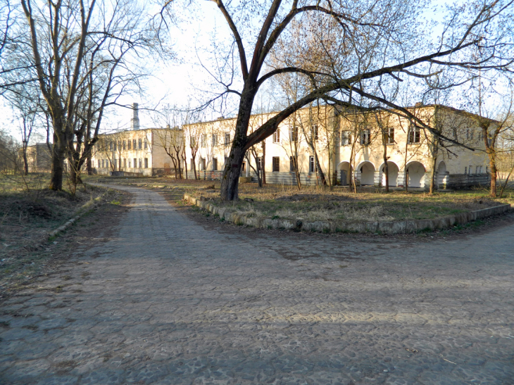 Droga od Bramy Bielskiej (Północno-Zachodniej) do koszar 30. Pułku, zabrukowana płytką trylinką