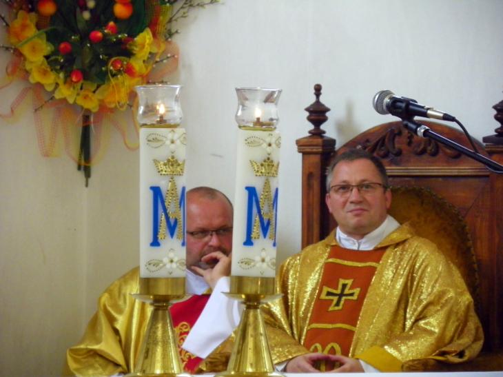 Zatroskany ksiądz-dziekan (od lewej)