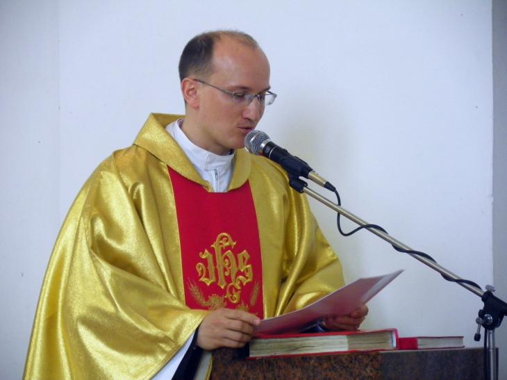 Kanclerz Kurii Biskupiej w Pińsku ks. Andrzej Ryłko czyta list z podziekowaniami od biskupa