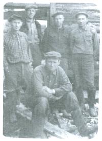 Sergiusz Podlipski w Kasjanówce (pierwszy z lewej)