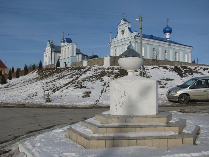 Na tle cerkwi prawosławnej pw. św. Anny, do 1939 r. tu stał pomnik J. Piłsudskiego.