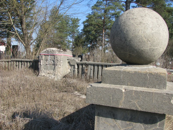 Zdewastowany pomnik poległych polskich policjantów na cmentarzu w Stołpcach