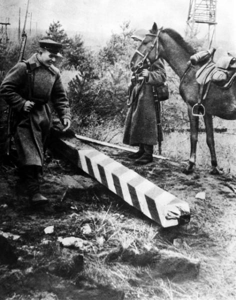 Sowieci obalają polskie słupy graniczne