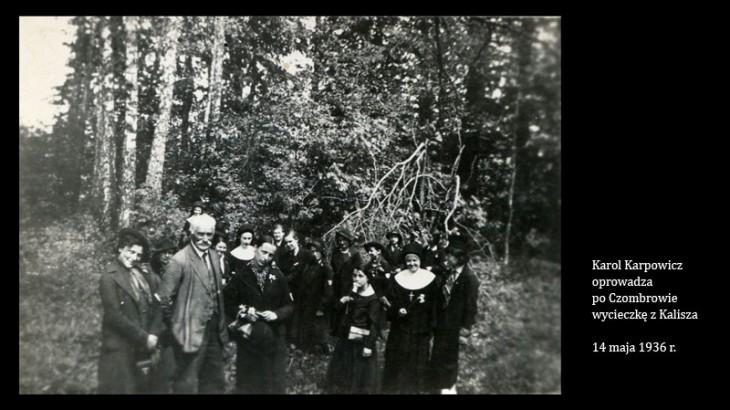 Karol Karpowicz (z lewej) oprowadza po Czombrowie wycieczkę z Kalisza