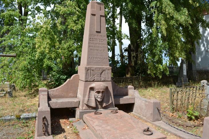 Wykonany z piaskowca pomnik na grobach Lucjana-Bolesława i Michała Czarnockich. Prużany
