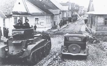 Sowieckie czołgi na ulicach Rakowa w 1939 r.