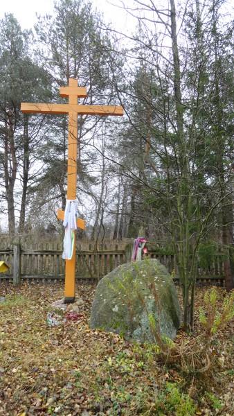 Kamień św. i krzyż obok