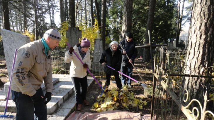 """Redakcja """"Ech Polesia"""" spotkała """"Kraj rodzinny"""" 31.10 na cmentarzu katolickim w Braranowiczach, gdzie chórzyści w pełnym składzie porządkowali groby wojskowe i sybirackie, a także polskie groby opuszczone."""