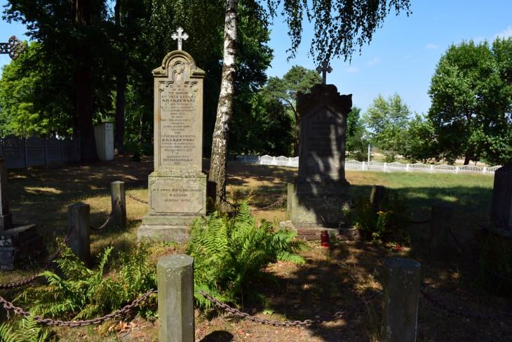 Pomnik na grobie Jana Kraszewskiego - ojca Józefa-Ignacego Kraszewskiego na przykościelnej posesji