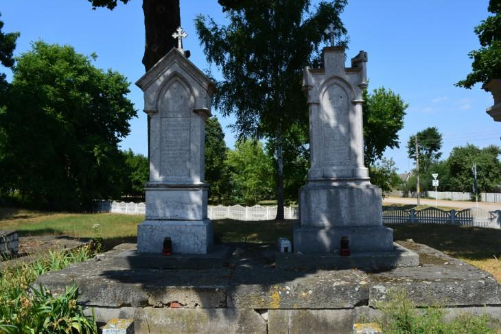 Pomniki na grobach Kiernożyckich - gł. fundatorów obecnego, murowanego kościoła
