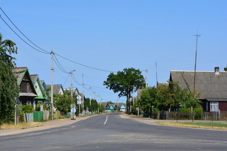 Widok ze skrzyżowania na dawnym Trakcie Królewskim na ul. Wileńską (obecnie Prużańską); w lewo kierunek na Białowież, w prawo - na Kamieniec Lit.