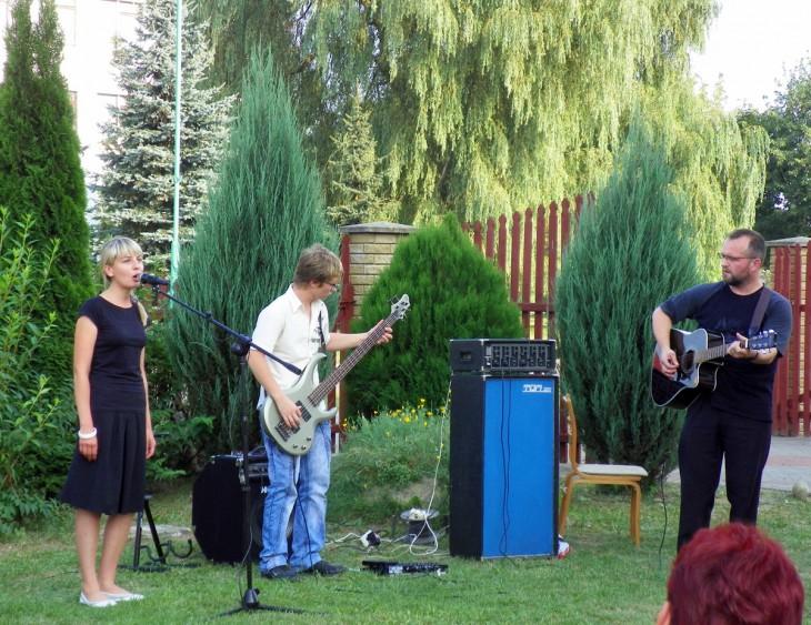 Młodzież z Szereszewa na gościnnych wystepach przy kosciele p.w. W.N.M.P. w Prużanie z okazji odpustu 15 sierpnia (od prawej z gitarą ks. Jacek Dubicki CM)