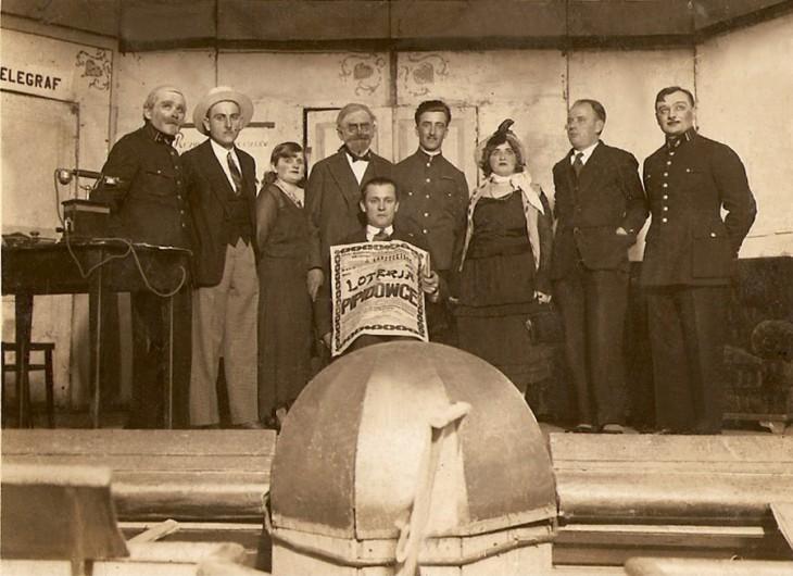 Ludwik Żuk na scenie teatru amatorskiego, pierwszy z lewej