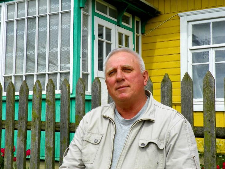 Bernard Pakulnicki przy swoim domku w Horodziei