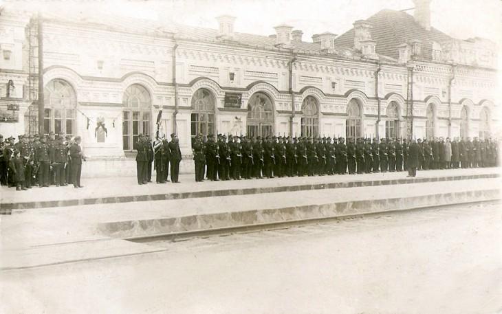 Dworzec kolejowy, oczekiwanie na przyjazd delegacji