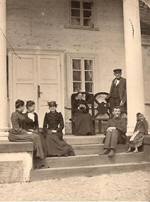 Karolina i Julian Karpowiczowie z dwiema córkami, ich kuzynką, nauczycielem i wiejską dziewczynką. 1892