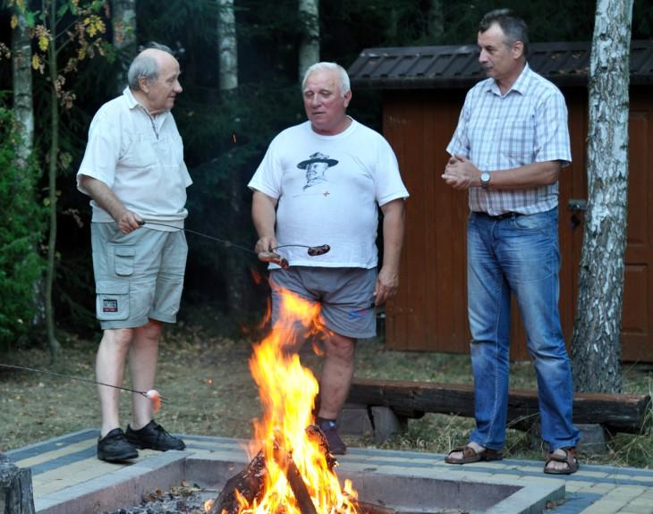 Ostatnie spotkanie pana Bernarda (w środku) przy ognisku w gronie redakcyjnym (od lewej - prezes Fundacji im.T.Goniewicza p. J.Adamski, od prawej - fotograf p. W.Bosak)