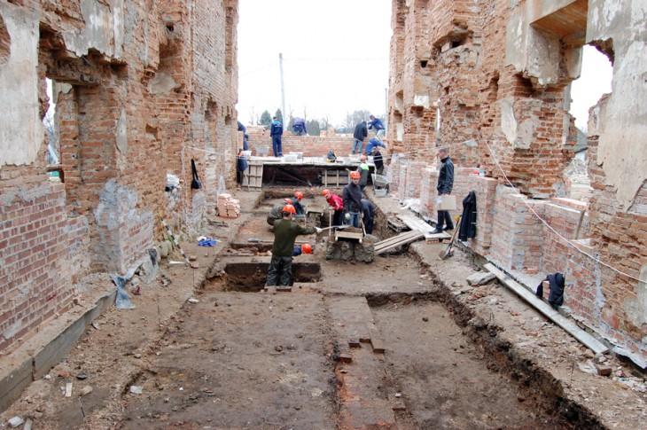 Pracę archeologów podczas badania oficyny zachodniej