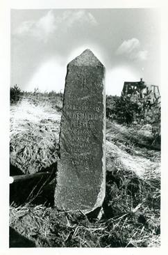 Podniesiony z dołu pomnik powstańcom styczniowym z 1928r.