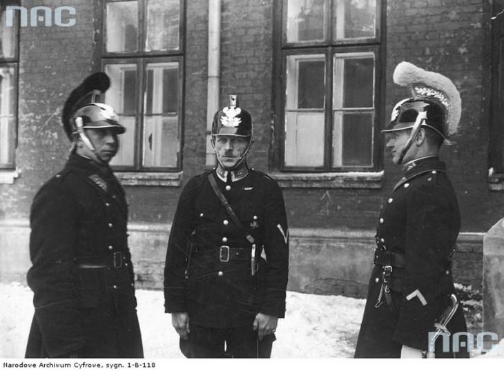 Funkcjonariusze policji: posterunkowy, przodownik i aspirant w nowych hełmach zatwierdzonych przez Ministerstwo Spraw Wewnętrznych