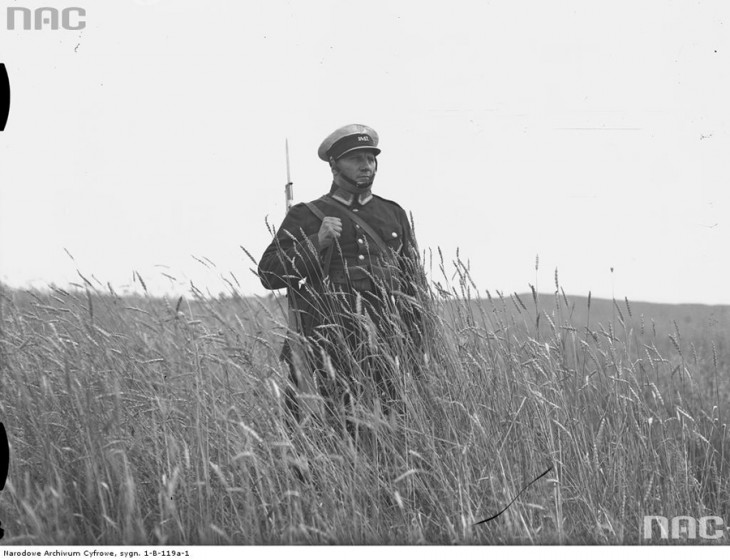 Policjant z karabinem Mosin