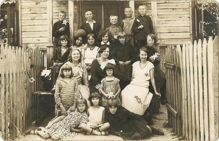 Nauczyciel ze swoją klasą na tle szkoły. Foto z rodzinnego archiwum Jekateriny Weliczko
