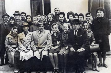 Pani Lidia Romanowicz (w środku na dole) jako najmłodsza w gronie pracowników archiwum