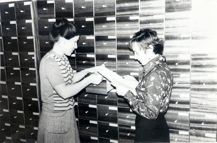 Lidia Romanowicz (od lewej) podczas pracy w archiwum