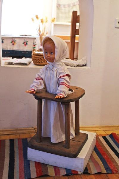 Tak wyglądały przyrządy zapewniające dziecku bezpieczeństwo, gdy matka jest zajęta pracą