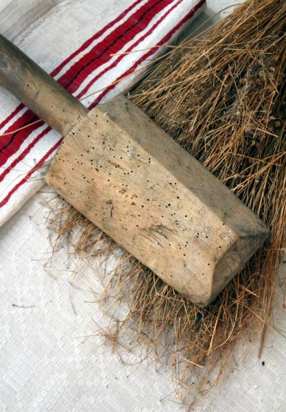 Pracownice muzeum demonstrują poszczególne etapy pozyskiwania nici lnu