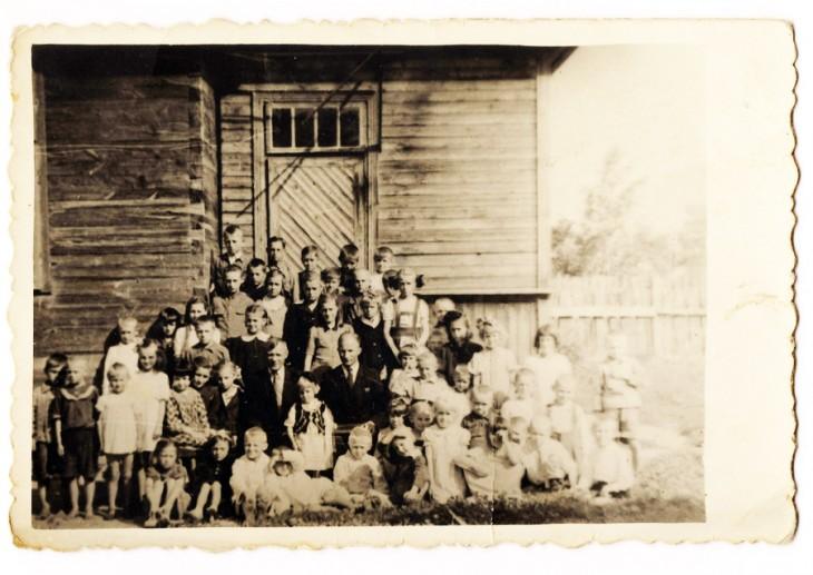 Uczniowie i nauczyciele, w centrum dyrektor szkoły Edmund Moryc. Foto z rodzinnego archiwum Julii Korsuncewej