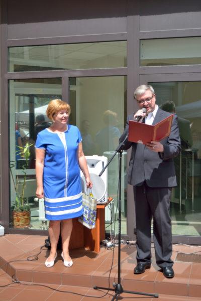 Nauczyciel Wiktor Mironow i Alina Jaroszewicz składają podziękowania na ręcę pani Konsul