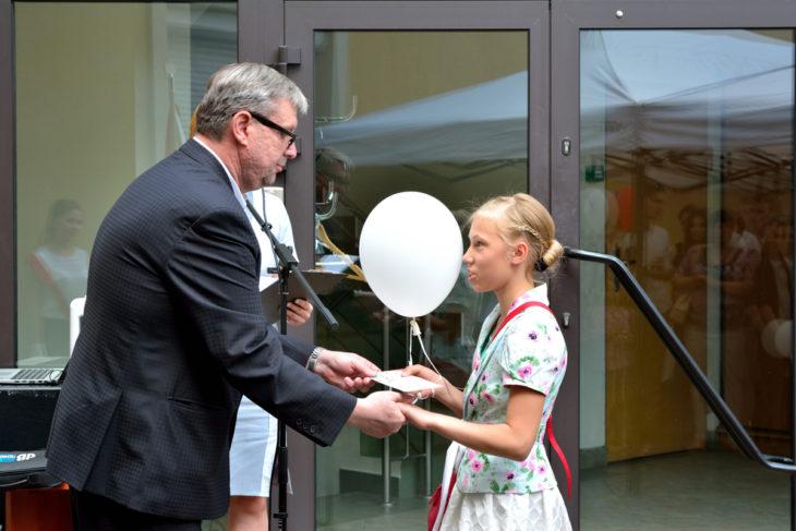 Pan Wiktor Mironow wręcza odznaczenia lepszym uczniom i uczennicom