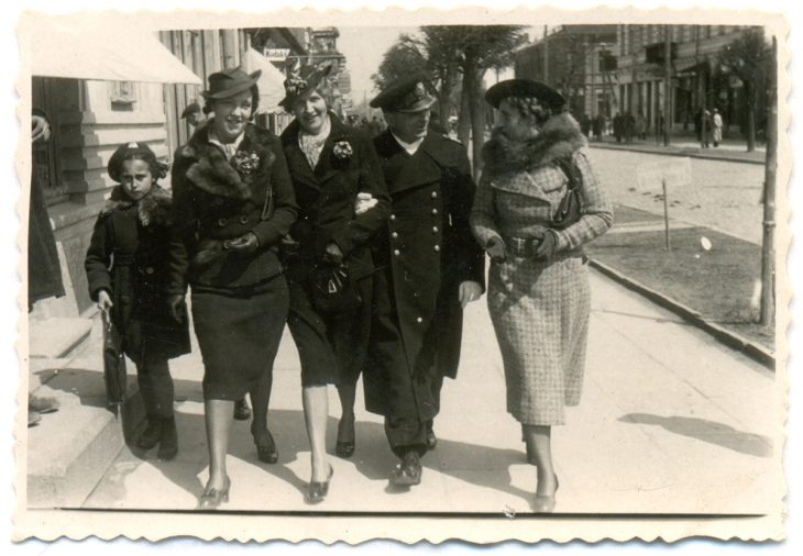 Dowódca Flotylli Pińskiej Witold Zajączkowski (drugi z prawej) na spacerze w Brześciu. Lata 30-te XX wieku. Fotograf: Ch. Lipiński. Brześć nad Bugiem, ul. Dąbrowskiego, 26