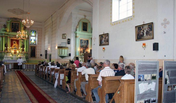 Podczas uroczystej Mszy Świętej w Osuńskim katolickim kościele 29.07.2016 r. Od przodu część z wystawy o drodze życiowej ks. J. Wasilewskiego