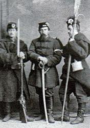 Od lewej - w ręku ma sztucer Lorenza-M1854 i z nabijakiem-podłożem lufy, czyli unowoczesniony typ po 1860 roku