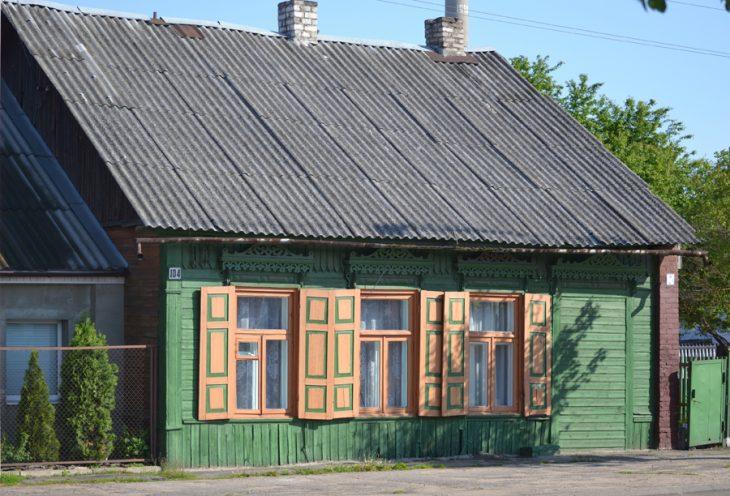 Dom z okiennicami przy ulicy Brzeskiej