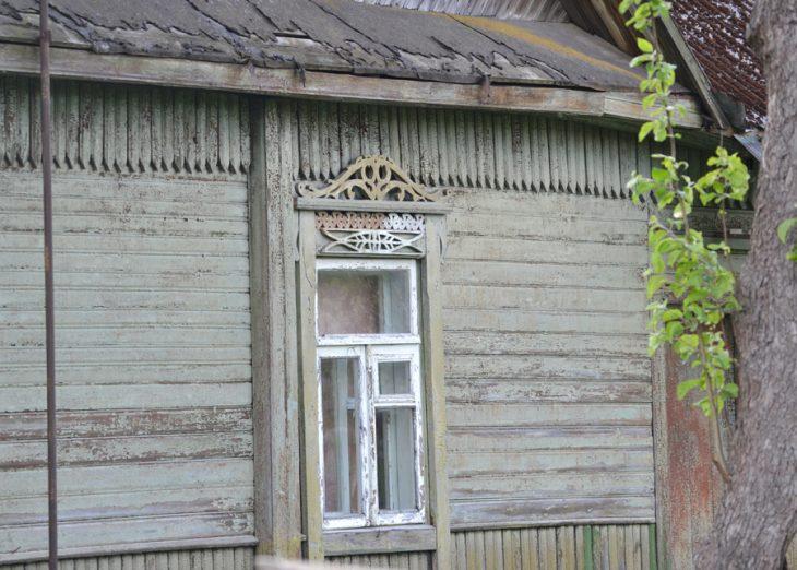 Okiennice na domu przy ulicy Jeziornej. Deseń przypomina rybę